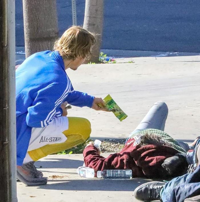 Siêu sao của thế giới nhưng Justin Bieber vẫn ngồi lề đường, trò chuyện gần gũi cùng người vô gia cư
