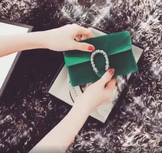 Ngọc Trinh vừa khoe chiếc túi đắt đỏ của nhãn hàng Gucci mà cô được tặng trong ngày Quốc tế Phụ nữ. - Tin sao Viet - Tin tuc sao Viet - Scandal sao Viet - Tin tuc cua Sao - Tin cua Sao