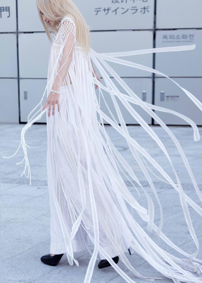 Mái tóc vàng bạch kim cùng bộ cánh tua rua màu trắng khiến Fung La trở thành một bóng hình huyễn hoặc huyền bí trên đường phố Seoul.