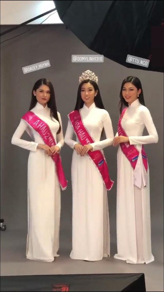"""Hoa hậuĐỗMỹ Linh vừa thực hiện một bộ ảnh cuối cùng trên cương nhiệm đương kim Hoa hậu Việt Nam """"đọ sắc"""" cùng Á hậu Thanh Tú và Á hậuThùy Dung."""