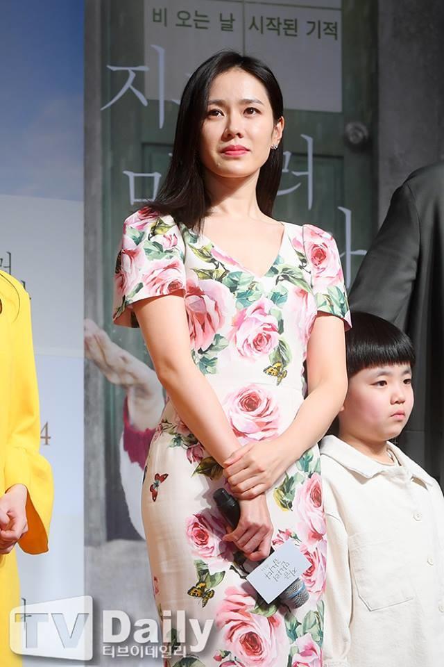 Yoona tiếp tục chiếm mọi sự chú ý khi tham dự sự kiện công chiếu phim của đàn chị thân thiết