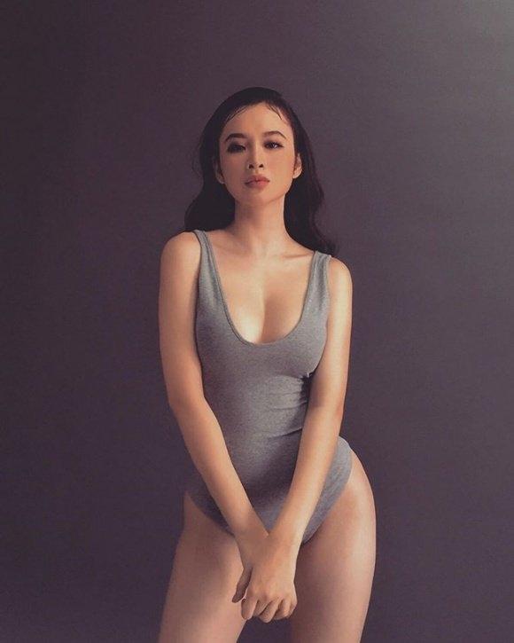 """Thân hình """"đồng hồ cát"""" bốc lửa của Angela Phương Trinh ở tuổi 23."""