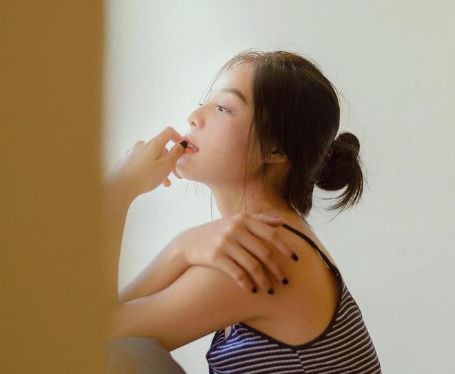 Song cô bạn vẫn chuộng kiểu makeup tự nhiên, trong suốt. Phong cách nhẹ nhàng, tự nhiên của Phương Uyên gây ấn tượng và chiếm được cảm tình của nhiều bạn trẻ.