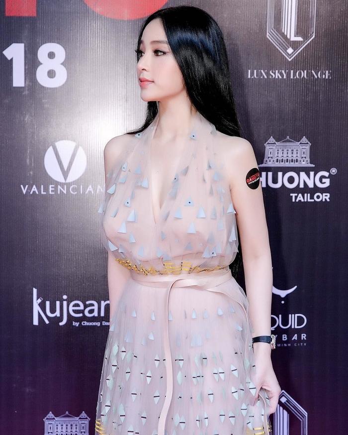 Yan - Bên cạnhđó cô cũng sỡ hữu làn da trắng mịn màng.