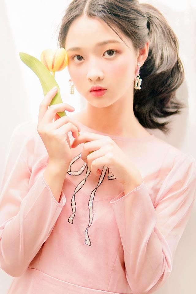 Khó ai nhận ra đây là vẻ ngoài của Lâm Thanh Mỹ, cô bé lớn phổng phao hơn rất nhiều.
