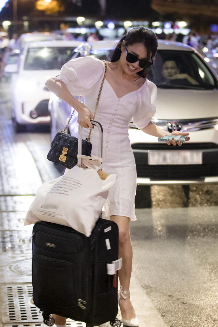 Nữ diễn viên vội vã kéo hành lý của mình ra xe. Có thể nói, dù có bất cứ chuyện gì xảy ra, Nhã Phương vẫn tất bật với những công việc riêng của mình. - Tin sao Viet - Tin tuc sao Viet - Scandal sao Viet - Tin tuc cua Sao - Tin cua Sao