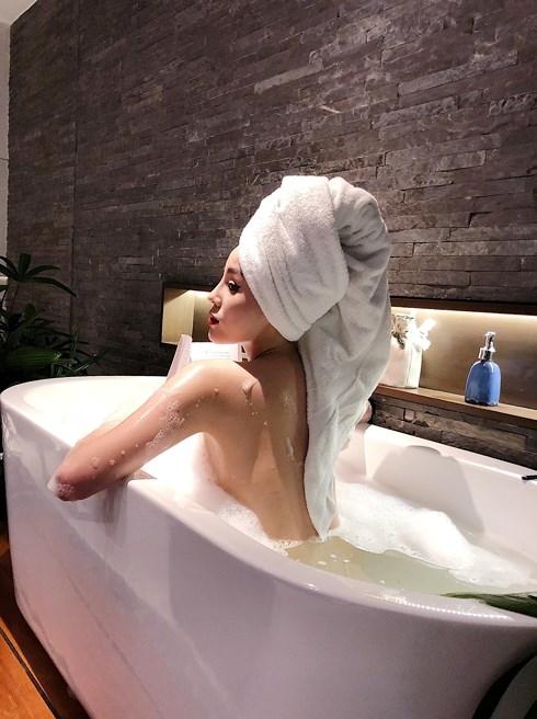 Hoa hậu còn tự tay đăng ảnh gợi cảm trong bồn tắm.
