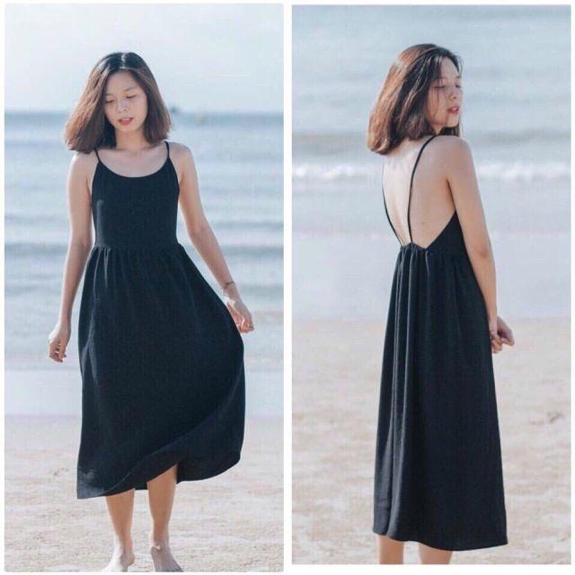 Váy 2 dây hở lưng càng khiến các nàng thêm phần quyến rũ.