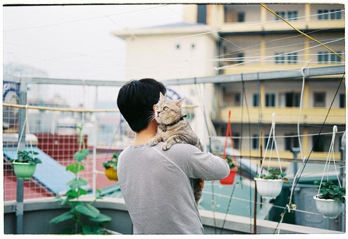 Bư dành rất nhiều tình cảm cho bố, và bố cũng yêu chiều Bư hết mực. Chính vì thứ tình cảm mộc mạc màđáng yêu ấy đã làm lan tỏa, khiến những hình ảnh và vài đoạn clip bông đùa của bố cùng Bư dần chạm lấy trái tim của cộng đồng những người yêu mèo, yêu động vật trên khắp cả nước.