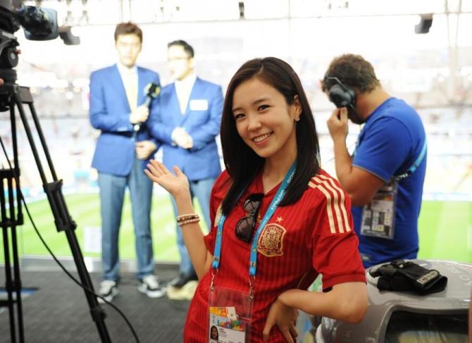 Jang Ye Won được truyền thông chú ý khi xuất hiện đưa tin trận đấu giữa Tây Ban Nha và Chile tạiWorld Cup 2014. Ảnh:Instagram NV.