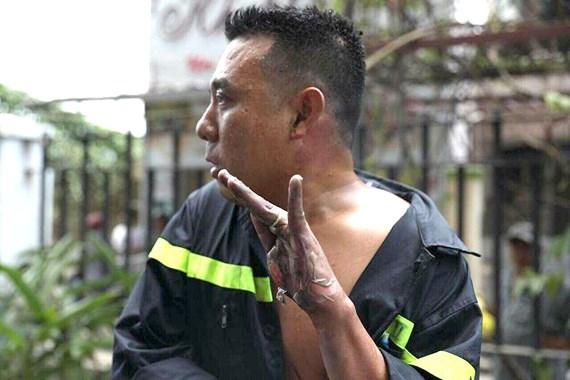 Có lẽ các bạn chưa quên hình ảnh của người cảnh sát phòng cháy chữa cháy liều mình cứu dân trong trận hỏa loạn chung cư vừa qua.
