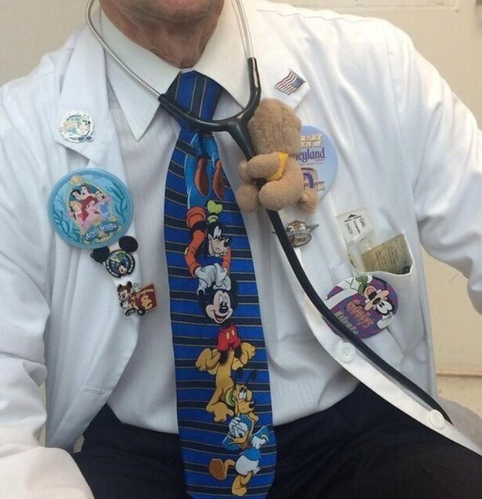 Style của bác sỹ các bệnh nhân nhí như thế này thì chắc không còn đứa trẻ nào sợ tiêm nữa rồi!