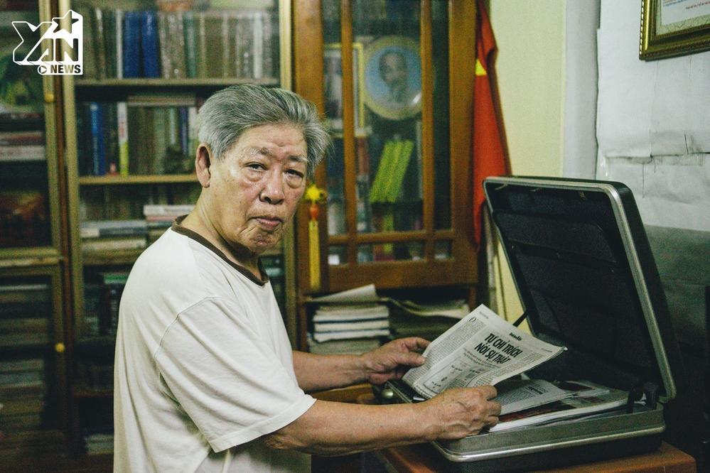 Mua một tờ báo vào sáng sớm, nhâm nhi cốc trà và ngồi cập nhật thông tin là hình ảnh người ta vẫn thường thấy của ông hàng ngày.