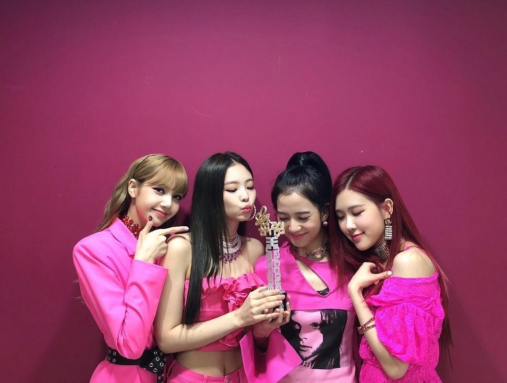 Black Pink vui mừng vớichiến thắng Music Core lần này.