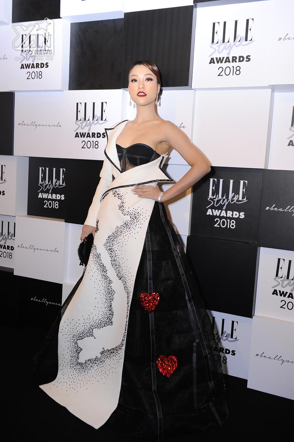 Hoàng Oanh gây bất ngờ khi xuất hiện với chiếc váy lộng lẫy.