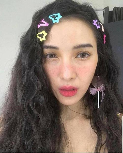 Angela Phương Trinh lăng-xê xu hướng những chiếc kẹp tóc