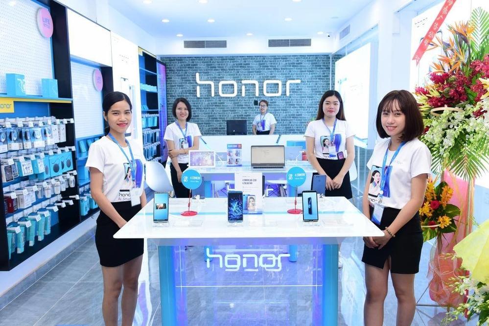 Hoa hậu Hương Giang Idol sang chảnh tham dự ra mắt cửa hàng công nghệ mới