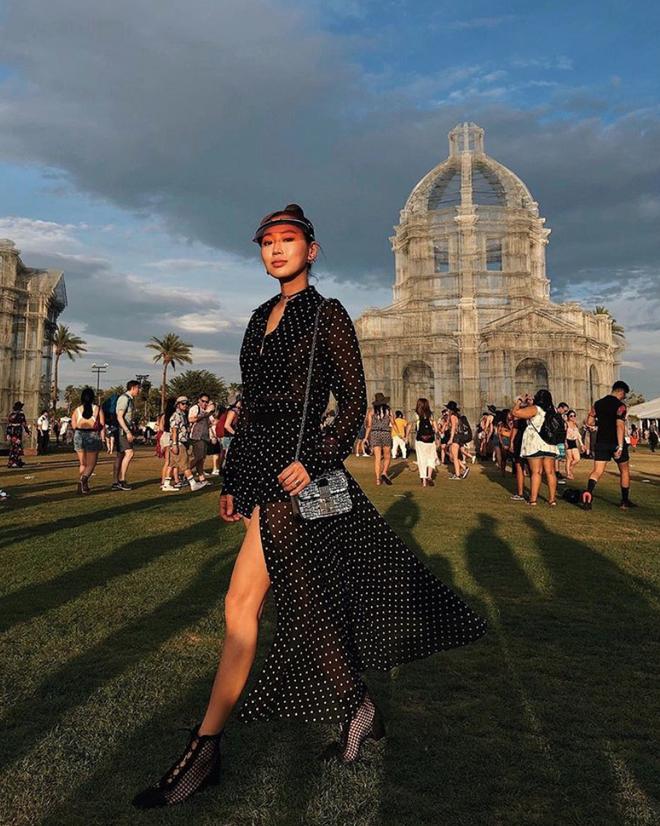 Ngoài ra, item này còn xuất hiện cùng nhiều mỹ nhânđình đám. Điển hình trong Festival âm nhạc Coachella, Fashion blogger Aimee Song kết hợp chiếc mũ trong suốt này cùng váy xẻ chấm bi cực nổi bật.