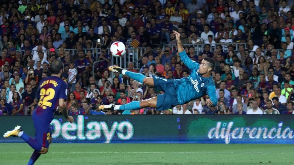 Trong 3 lần đối đầu với đại kình địch Barcelona ở mùa giải năm nay, Ronaldo vẫn duy trì thói quen ghi bàn. Cụ thể, đầu tiên là bàn thắng đẹp mắt đến từ khoảng cách khá xa của CR7 khiến Ter Stegen bó tay trong trận lượt đi Siêu cúp Tây Ban Nha, giúp Real Madrid vượt qua đại kình địch nghẹt thở. Tiếp theo là trong trận lượt về La Liga, siêu sao người Bồ cũng đã kịp bỏ túi cho mình 1 bàn thắng trong trận hoà 2-2 giữa hai đội.