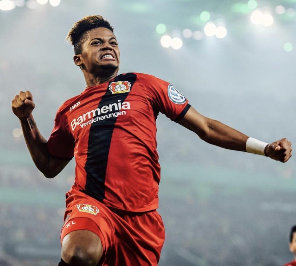 Phẩm chất kỹ thuật, thể hình tốt cùng kỹ năng săn bàn từ xa là những điểm mạnh của Leon Bailey. Tuyển thủ U23 người Jamaica khiến làng bóng đá thế giới phát sốt ở mùa giải vừa qua với màn trình diễn không chê vào đâu được cho một cầu thủ còn ở độ tuổi 20. Sau 44 trận khoác áo Bayer Leverkusen, Bailey ghi đến 12 bàn và trong đó có những siêu phẩm sút xa rất đẹp mắt. Anh hiện cũng đang là mục tiêu săn đón của Man United, Man City và PSG.