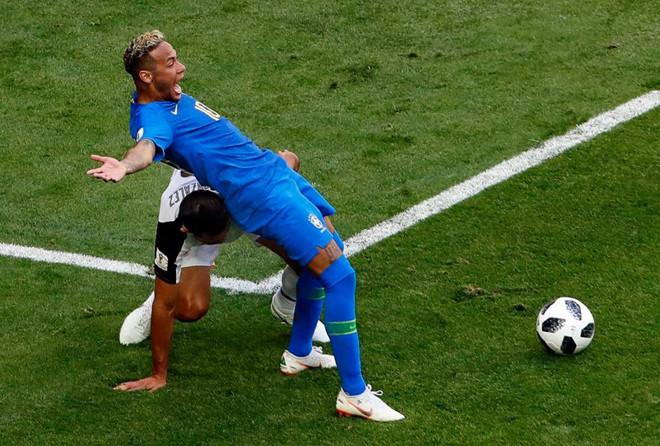 Ai bảo Neymar ăn vạ, anh chỉ là đang diễn hơi sâu thôi và bằng chứng đây này!