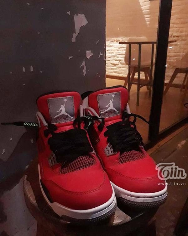 Đôi giày Jordan 4 toro có giá 7 triệu đồng của Thanh Tuấn.