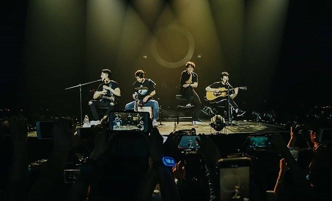 Với lối chơi nhạc theo band, CNBlue luôn mang đến cho người hâm mộ những màn trình diễn live sống động nhất.