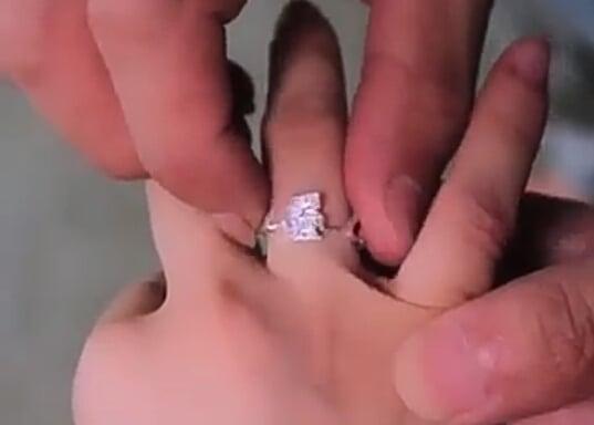 """Chiếc nhẫn này cũng là một tay """"lão công"""" làm ra đấy, chị em có ai cũng muốn được tặng nhẫn như thế này không? (Ảnh: cắt clip)"""