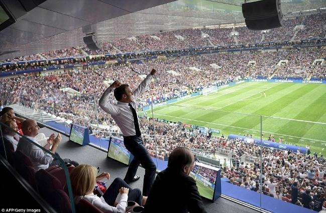Màn ăn mừng vô cùng phấn khích của tổng thống Pháp Emmanuel Macron khi chứng kiến đội nhà chiến thắng trong trận chung kết World Cup 2018.