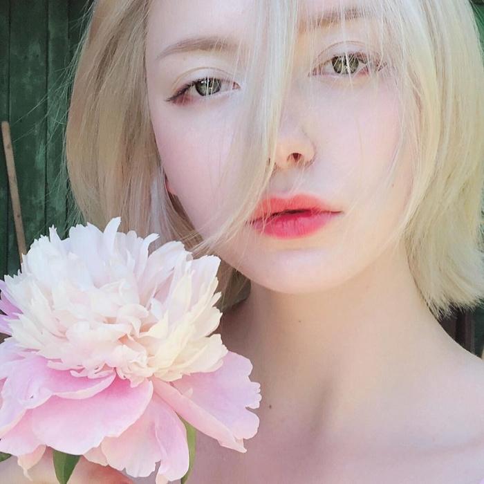 Cô nàng này rất thích hoa.
