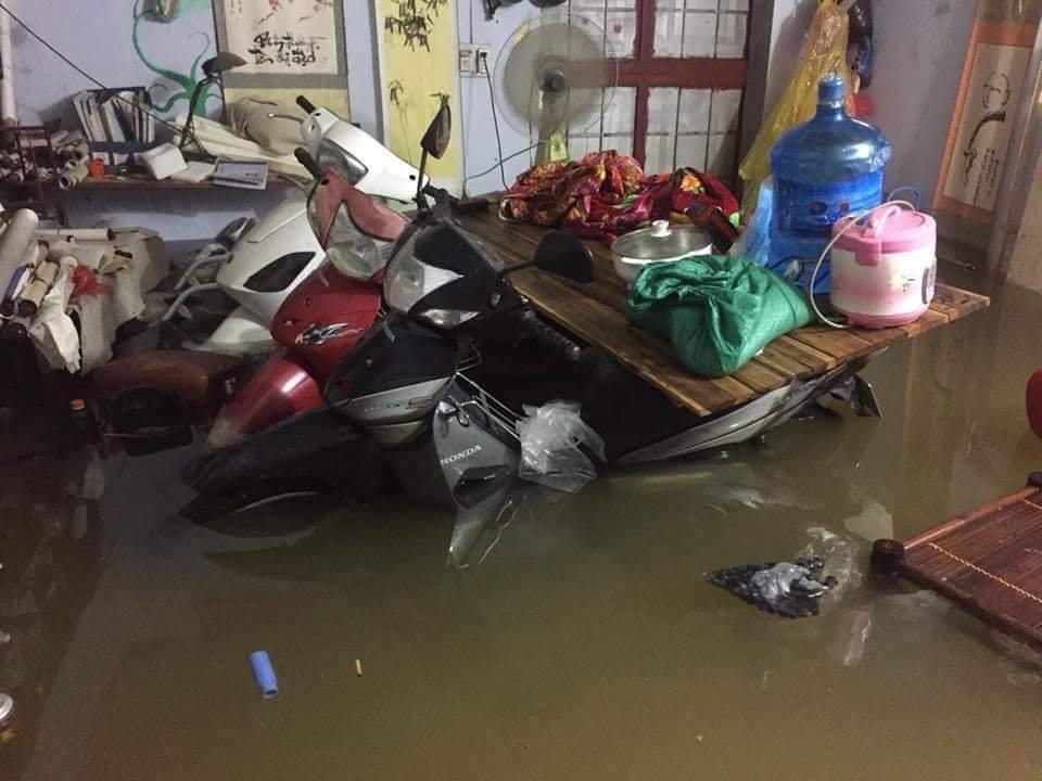 Chùm ảnh lụt lội từ đường phố vào tận trong nhà dân của Hà Nội khiến cư dân mạng