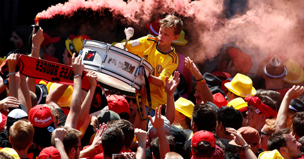 """Không khí được đẩy lên cao trào khi chiếc xe buýt của CLB chính thức tiến vào quảng trường. Hàng loạt những quả pháo khói ba màu quốc kìvàng - đỏ - đen đã được đốt lên để tôn vinhsự trở về của những người hùng dân tộc.   Không chỉ là ăn mừng chiến thắng hôm nay, người dân Bỉ còn đang rất hào hứng vì đất nước đang sản sinh ra một """"thế hệ vàng"""" cầu thủ đủ khả năng cạnh tranh danh hiệu ở những giải đấu lớn trong tương lai nhưEuro 2020 và World Cup 2022."""