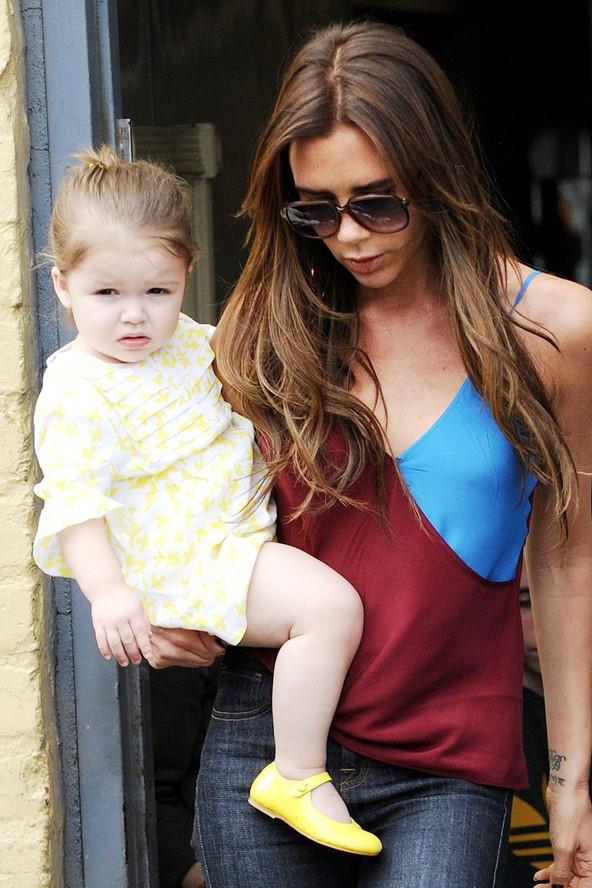 Harper nổi bật trong chiếc váy họa tiết của Stella McCartney và đôi giày búp bê màu vàng chanh.