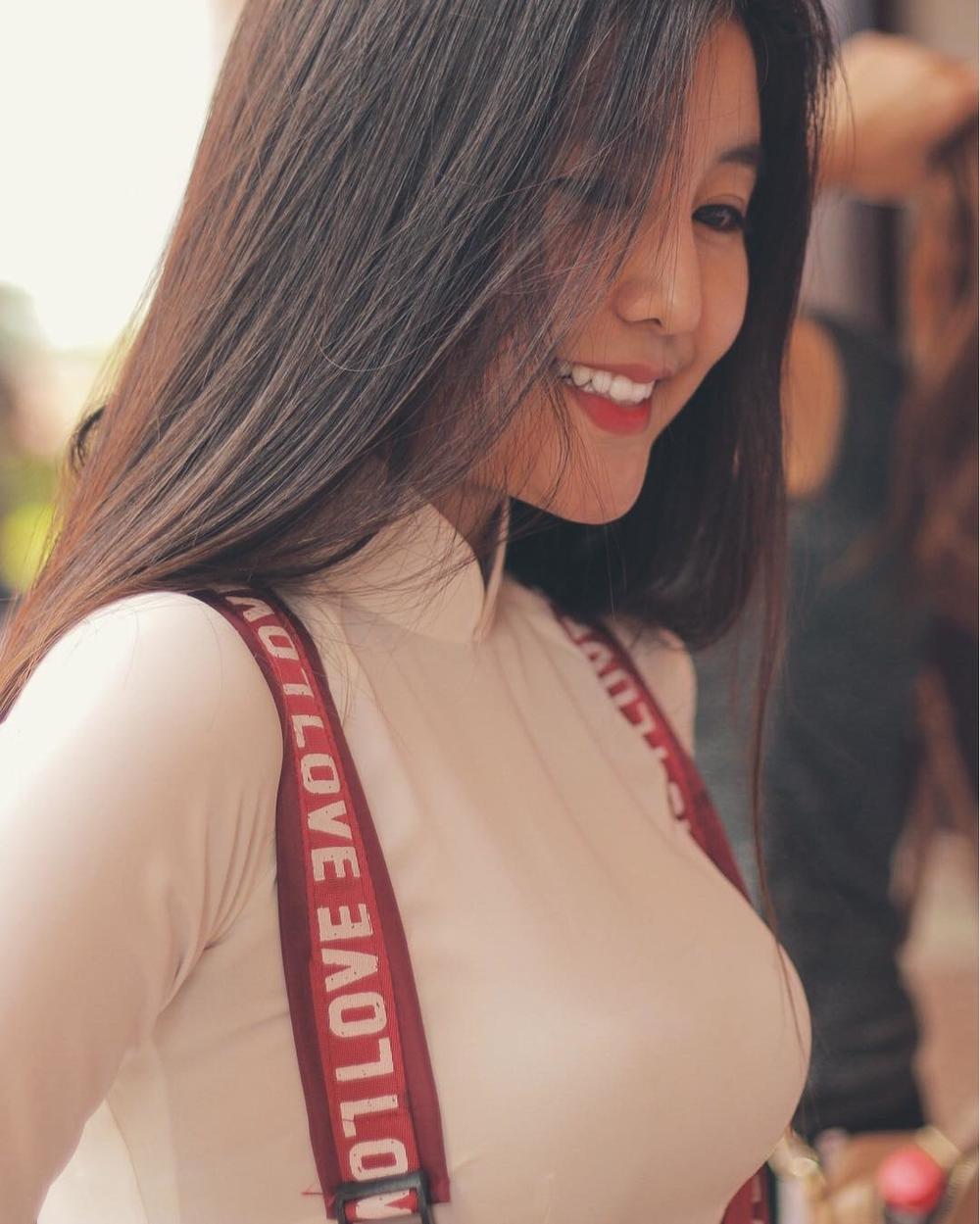 """Võ Ngọc Trân, 16 tuổi, học sinh trường THPT Bình Hưng Hòa, TP.HCM. Trang cá nhân của cô đang thu hút gần 80.000 người theo dõi. Không chỉ sở hữu nhan sắc """"vạn người mê"""", cô nữ sinh 10xnày còn chiếm trọn mọi ánh nhìnvới vòng 1 đầy đặn trông thấy."""