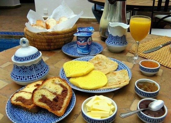 Bánh Crepes ăn kèm với mứt và bơ, rót thêm một chút dầu Oliu. Người dân Morocco chỉ ưa chuộng những bữa ăn sáng đạm bạc như thế thôi.
