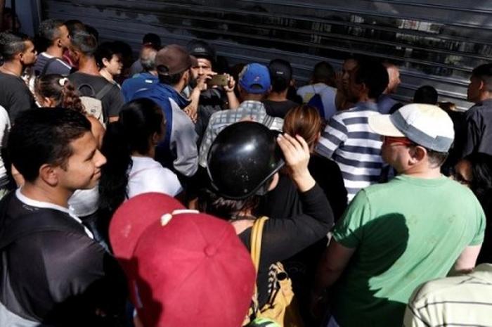 Người dân Venezuela rơi vào tình trạng thiếu trầm trọnglương thực và thuốc men. Trong ảnh là cảnh người dân xếp hàng chờ mua lương thực tại một siêu thị.