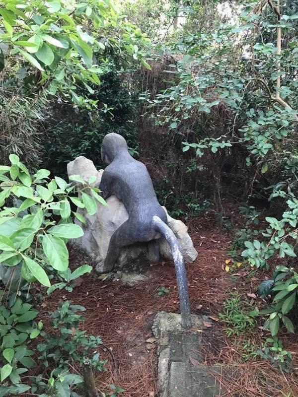 Một bức tượng bị cho là có tư thế phản cảm