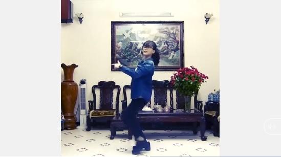 Á hậu Phương Nga trổ tài nhảy Crazy.