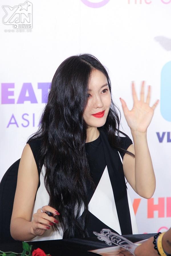 Hyomin xuất hiện rạng rỡ trong buổi fansign.