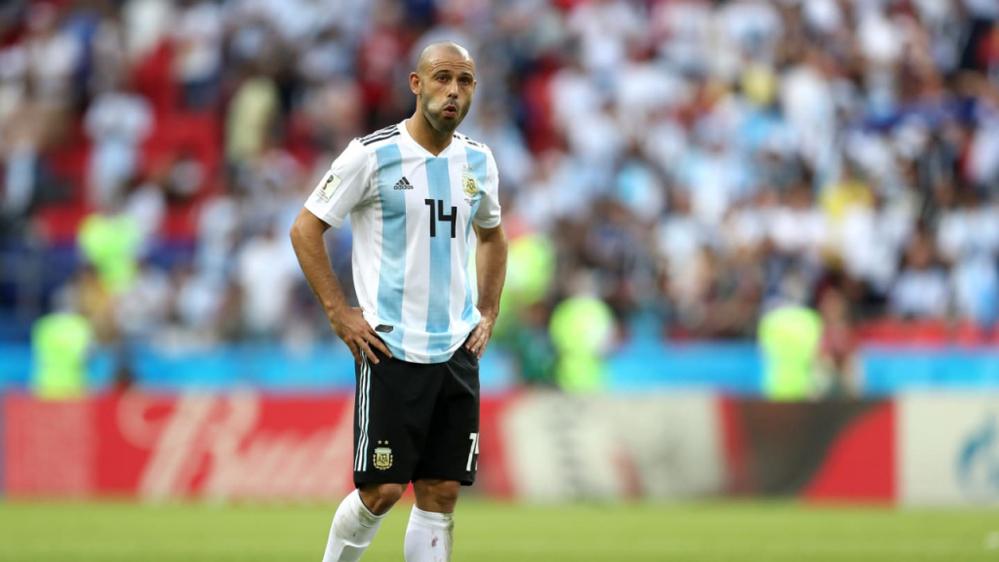 Sau nhiều sự chỉ trích tại World Cup vừa qua cũng như những tin đồn về mối quan hệ không tốt trong phòng thay đồ của ĐT Argentina, Mascherano đã quyết định rút lui để nhường vị trí cho những đàn em trẻ trung và tài năng hơn.