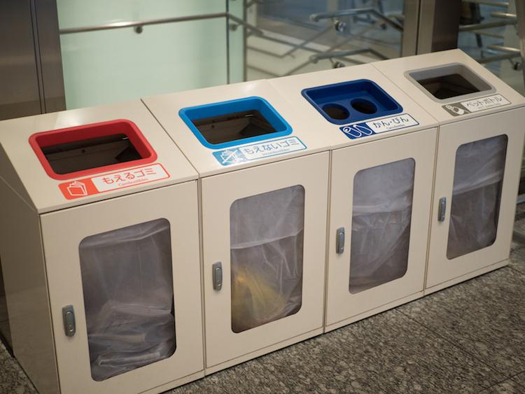 Du khách khi tới Nhật Bản đều không khỏi ngạc nhiên trước những dãy dài thùng rác như thế này