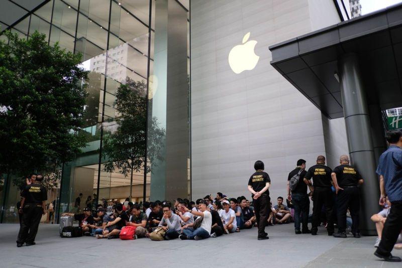 Nhiều người dùng bay đến Singapore xếp hàng để mua iPhone mới.