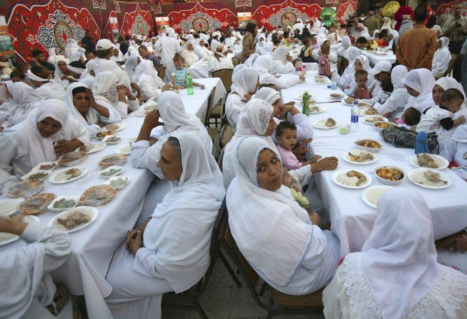 Các nữ phạm nhân Ai Cập được dùng bữa cùng với con của họ tại bữa ăn lễ Iftar trong tháng chay Ramadan, tại một nhà tù ở Cairo.