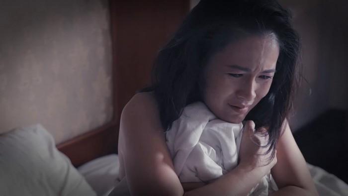 """Có lẽ Phúc đã bị """"đánh thuốc"""" và khi cô thấy mình tỉnh dậy trong khách sạn khi trên người không còn một mảnh vải che thân. Phúcvô cùng đau khổ hơn khi bị cưỡng hiếp nên mới quyết định chia tay Kiệt."""