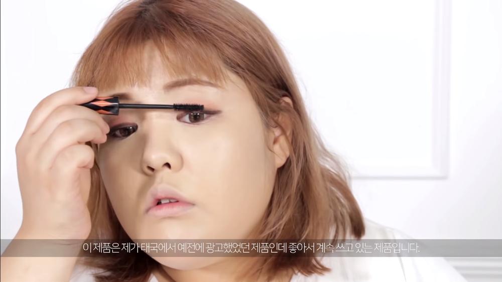 """Chải chuốt một tí mascara chođôi bờ mi cả trên và dưới gợi cảm hơn, đây cũng là bước khiến nhan sắc """"thăng hạng"""" nhanh chóng mà Soo Bin vô cùng ưachuộng."""