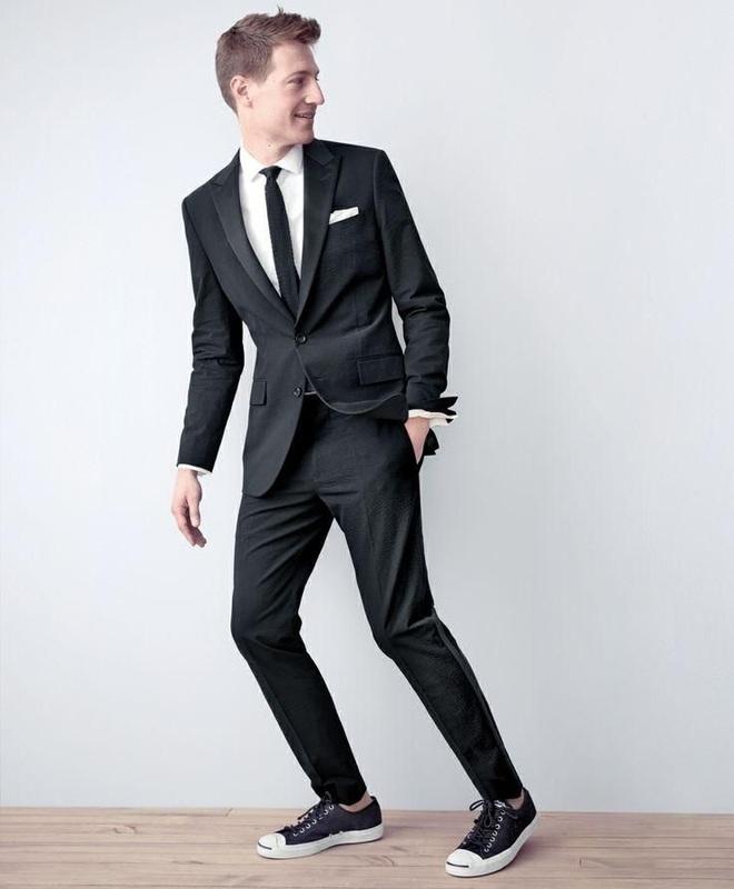 Men's style: Làm mới set đồ công sở cũ rích với giày thể thao,