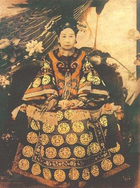 Từ Hy Thái hậu nổi tiếng vì sự xa xỉ trong ăn, mặc và hưởng thụ khi còn sống.
