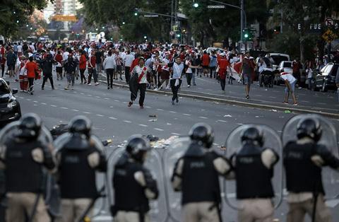 Đám đông cuồng loạn hành hung xe buýt chở Boca Juniors trong trận bán kết lượt về Copa Libertadores.