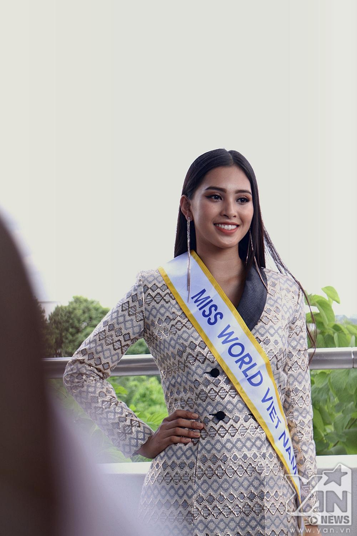 Hoa hậu Trần Tiểu Vy mang theo 150kg hành lý lên đường tham dự Miss World 2018 - Tin sao Viet - Tin tuc sao Viet - Scandal sao Viet - Tin tuc cua Sao - Tin cua Sao