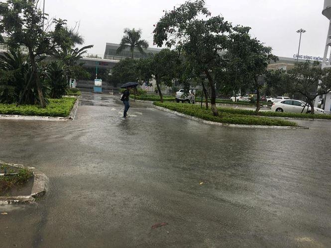 Người dân lội nước trong sân bay